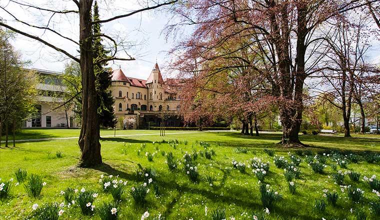Hessingpark im Frühjahr und Hessingpark-Clinic im Augsburg
